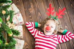 Lyckligt barn på julhelgdagsafton arkivbild