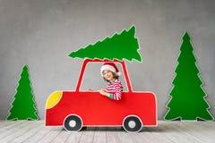 Lyckligt barn på julhelgdagsafton royaltyfri bild