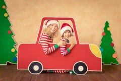 Lyckligt barn på julhelgdagsafton arkivfoto