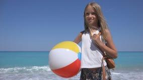 Lyckligt barn på stranden, unge på kusten, liten flicka som skrattar, havsvågkustlinje royaltyfria foton