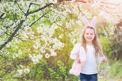 Lyckligt barn som går i trädgård med att blomstra träd arkivbild