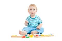 Lyckligt barn som leker bildas toys arkivbild