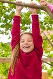 Lyckligt barn som leker i trädgården Royaltyfri Bild