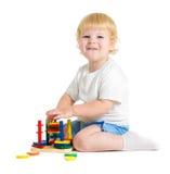 Lyckligt barn som spelar logiska bildande leksaker Royaltyfri Fotografi