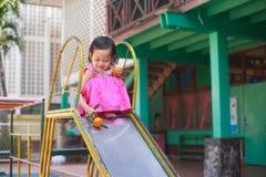 Lyckligt barn som spelar på lekplatsen Royaltyfri Fotografi