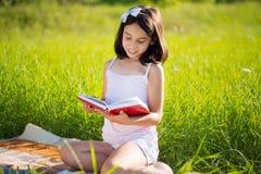 Lyckligt barn som studerar på naturen royaltyfri fotografi