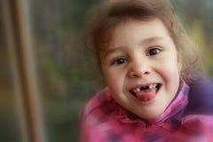 Lyckligt barn utan tänder Fotografering för Bildbyråer