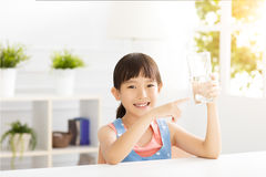 Lyckligt barndricksvatten från exponeringsglas royaltyfri bild