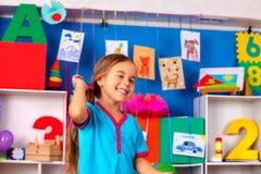 Lyckligt barnflickaskratt i grundskola för barn mellan 5 och 11 år Arkivbild
