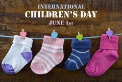Lyckligt barns dagbegrepp med barns sockor Arkivfoton