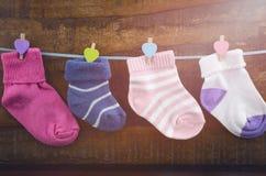 Lyckligt barns dagbegrepp med barns sockor Arkivbilder