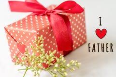 Lyckligt begrepp för dag för fader` s Den gåvaasken och blomman, den pappers- etiketten med ÄLSKAR JAG FADERtext Fotografering för Bildbyråer