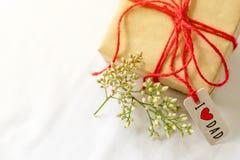 Lyckligt begrepp för dag för fader` s Den gåvaasken och blomman, den pappers- etiketten med älskar jag farsatext Royaltyfria Foton