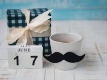 Lyckligt begrepp för dag för fader` s 17 Juni träkvarterkalender, gåva Royaltyfria Bilder