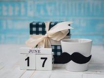 Lyckligt begrepp för dag för fader` s 17 Juni träkvarterkalender, gåva Royaltyfria Foton