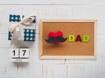 Lyckligt begrepp för dag för fader` s 17 Juni träkvarterkalender, musta Arkivfoto