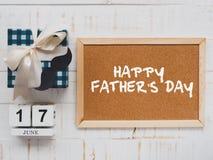Lyckligt begrepp för dag för fader` s 17 Juni träkvarterkalender, musta Royaltyfri Fotografi