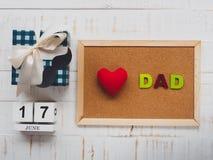Lyckligt begrepp för dag för fader` s 17 Juni träkvarterkalender, musta Royaltyfri Bild