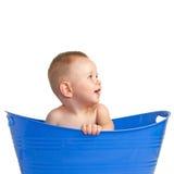 Lyckligt behandla som ett barn att leka i en Plastic korg royaltyfria foton