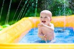 Lyckligt behandla som ett barn att spela i simbassäng Royaltyfri Bild