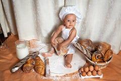 Lyckligt behandla som ett barn bagaren Arkivfoto