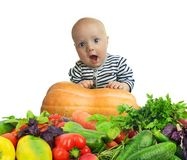 Lyckligt behandla som ett barn bland nya grönsaker Sund mat för barn royaltyfria bilder