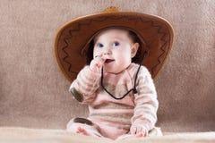 Lyckligt behandla som ett barn den bärande koflickadräkten med den stora hatten Royaltyfri Bild