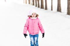 Lyckligt behandla som ett barn flickan i en vinter parkerar Royaltyfri Foto