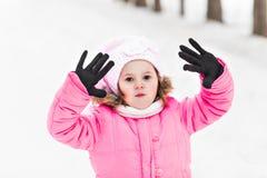 Lyckligt behandla som ett barn flickan i en vinter parkerar Fotografering för Bildbyråer