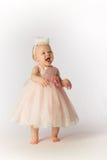 Lyckligt behandla som ett barn flickan i partiklänning och hatt Royaltyfri Fotografi