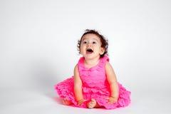Lyckligt behandla som ett barn flickan i rosa färger på vit bakgrund Royaltyfri Fotografi