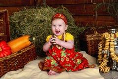 Lyckligt behandla som ett barn flickan i rysk nationell kläder Arkivbild