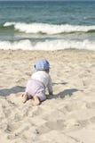 Lyckligt behandla som ett barn flickan på stranden Royaltyfri Bild
