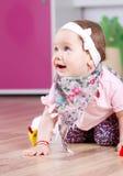 Lyckligt behandla som ett barn flickauttryckt Royaltyfri Fotografi