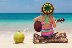 Lyckligt behandla som ett barn har gyckel på tropisk strandferie för sommar Royaltyfria Bilder