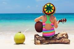 Lyckligt behandla som ett barn har gyckel på tropisk strandferie för sommar Arkivfoto