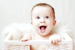 Lyckligt behandla som ett barn i den vita korgen Fotografering för Bildbyråer