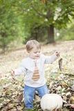 Lyckligt behandla som ett barn i höst Royaltyfri Foto
