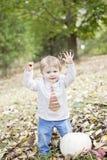 Lyckligt behandla som ett barn i höst Fotografering för Bildbyråer