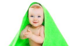 Lyckligt behandla som ett barn le för stående lite under handduken på vit Royaltyfria Foton