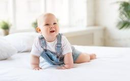 Lyckligt behandla som ett barn lilla barnet i säng Royaltyfria Foton