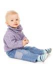 Lyckligt behandla som ett barn lite i varm kläder, poserar för kameran Fotografering för Bildbyråer