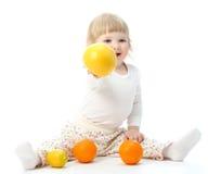 Lyckligt behandla som ett barn little med frukter arkivfoto