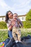 Lyckligt behandla som ett barn med mamman Fotografering för Bildbyråer