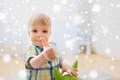 Lyckligt behandla som ett barn pojken som spelar med leksakvisningtummar upp Royaltyfria Bilder