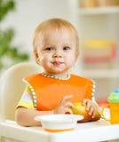 Lyckligt behandla som ett barn ungepojkelilla barnet som äter sig med Arkivbilder