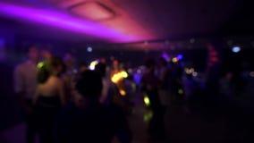 Lyckligt bröllopberömfolk som dansar dansgolvet lager videofilmer