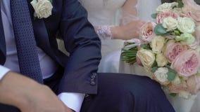 Lyckligt bröllopparsammanträde på trappa utomhus stock video