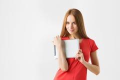 Lyckligt brunettkvinnainnehav, i för minnestavlahandlag för hand skärm och att le för elektroniskt för block för dator en handlag Arkivbild