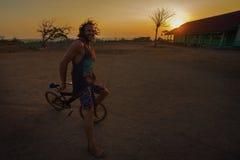 Lyckligt cykla för man Arkivfoton